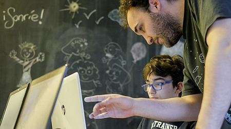Pablo Espeso, junto a un alumno en Lüar
