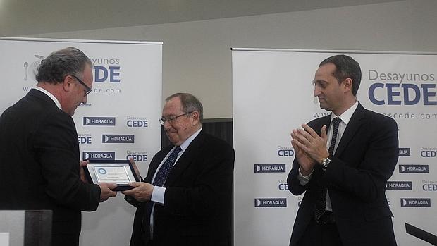 Bonet, recibe una placa del Círculo de Economía de Alicante, junto al presidente de la Diputación