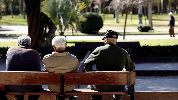 Imagen de archivo de unos ancianos en el centro de Valencia