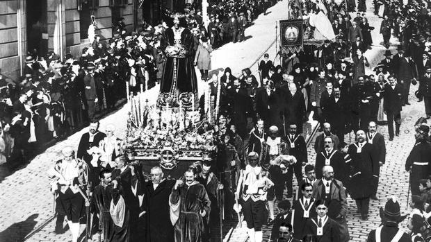 Imagen histórica de una procesión en Madrid