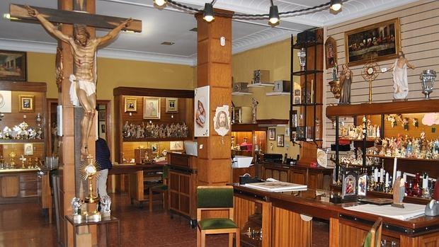 La tienda de art culos religiosos donde se escondi parte for Articulos decoracion casa