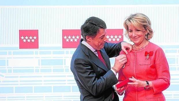 González impone a Aguirre la Medalla de Oro de la Comunidad, en 2013