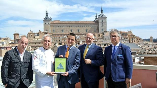 Adolfo ha recibido la distinción en la terraza de su restaurante de Toledo