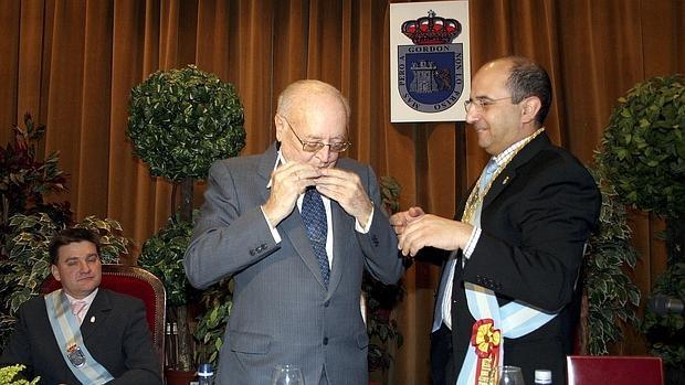 El presidente honorífico de Hullera Vasco-Leonesa, Antonio del Valle, durante un acto en el Ayuntamiento de La Pola de Gordón