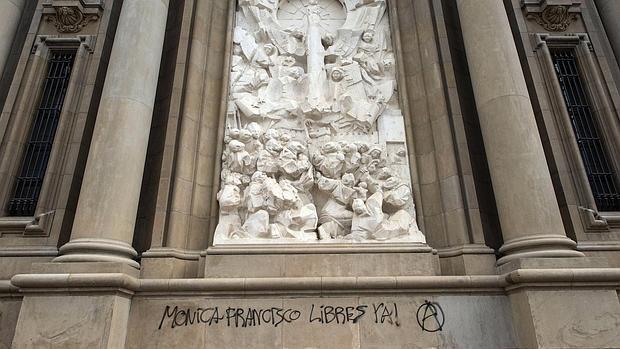 La pintada, realizada en la fachada principal de la Basílica del Pilar