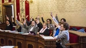 Los concejales del PSOE, Guanyar y Compromís, en una votación del pleno ordinario de marzo.