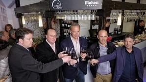Bertín Osborne brinda con sus socios en el bar que abrió este viernes en Valladolid