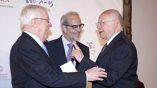 El rector de la Usal, Daniel Hernández Ruipérez, presenta la investidura como doctores honoris causa de Víctor García de la Concha (I) y José Ramón Narro Robles