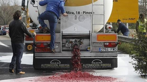 Viticultores franceses vierten el vino que transportaba un camión español