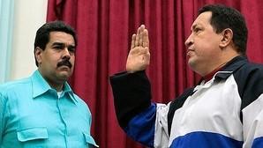 Nicolás Maduro contempla a Hugo Chávez antes de partir a Cuba para someterse a un tratamiento