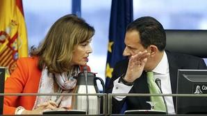 Los diputados Ana María Botella Gómez (PSOE) y Rafael Merino López (PP), en la Comisión de Interior
