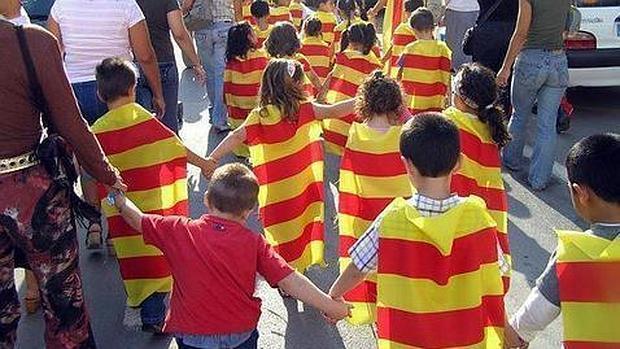 Imagen de archivo de un grupo de niños con banderas catalanas en un acto organizado por Escola Valenciana