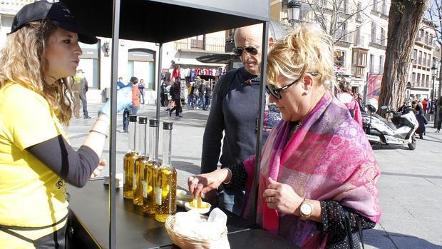 Dos viandantes degustan las distintas variedades de Aceites de Oliva