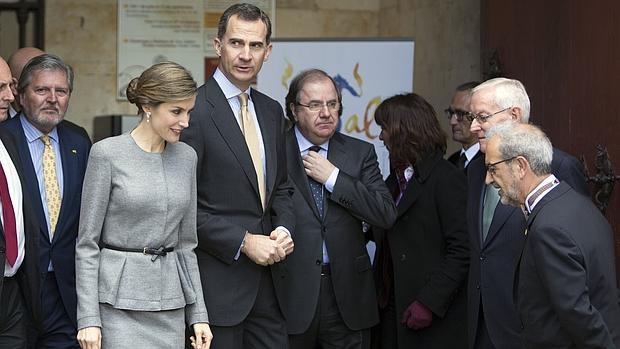 García de la Concha y el rector de la Usal saludan a los Reyes