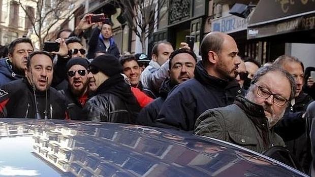 El concejal de Seguridad y Emergencias, Javier Barbero, se mete en un coche durante la manifestación de la Policía Municipal