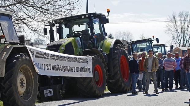 Tractores apostados el pasado miércoles en la sede de Logística Alimentaria