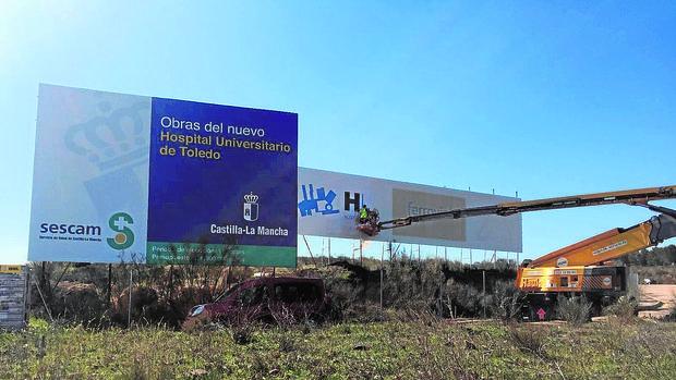 Cartel que anuncia el inicio de las obras del nuevo hospital de Toledo