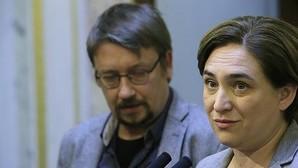 Colau, junto al portavoz de En Comú Pode, Xavier Domènech, ayer en el Congreso