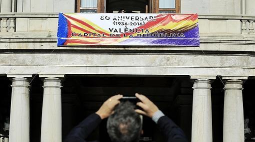 Imagen de la pancarta republicana del Ayuntamiento de Valencia