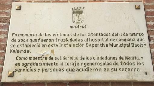 Memorial a las víctimas en la entrada del Daoíz y Velarde
