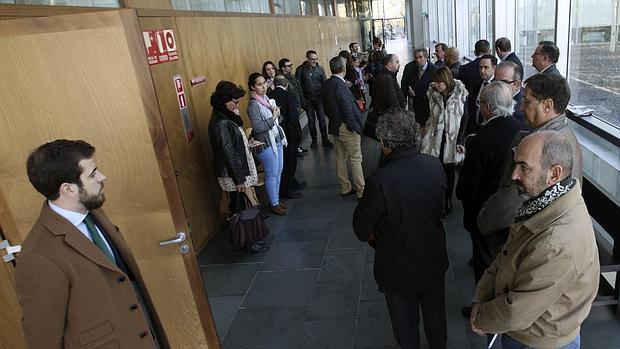 Los afectados por la venta del aeropuerto esperan a ser informados por el titular del Juzgado