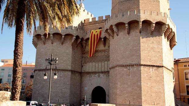 Imagen de la estelada colgada de las Torres de Serranos