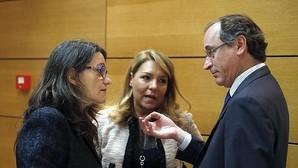 Oltra conversa con el ministro Alonso en una imagen tomada este miércoles en Madrid