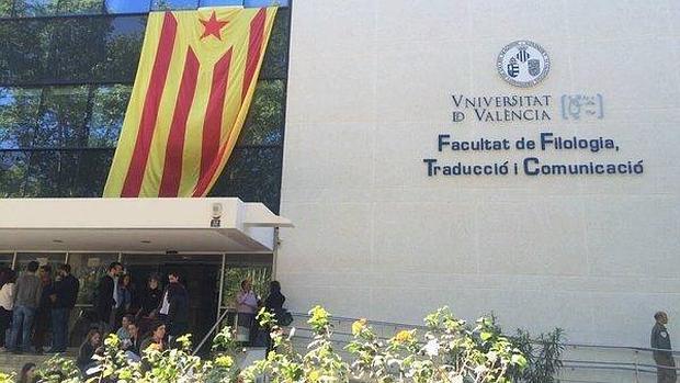 Imagen de la bandera independentista en la Facultad de Filología de Valencia