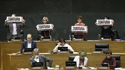 Los parlamentarios de Bildu impiden hablar al PP con carteles de «tortura»