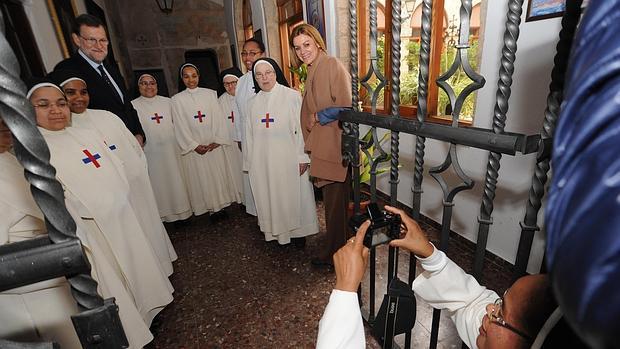 Una religiosa fotografía a Rajoy y Cospedal con las monjas trinitarias