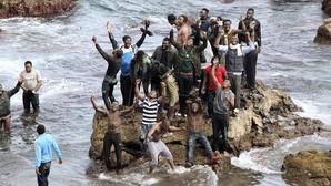 Decenas de inmigrantes entran en Ceuta tras bordear el espigón fronterizo