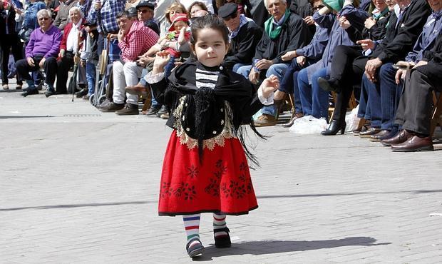 Una niña, durante el desfile de carrozas