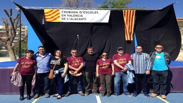 EL CONSELLER ALCARAZ REAFIRMA SUS TESIS INDEPENDENTISTAS POSANDO CON LA BANDERA CATALANA