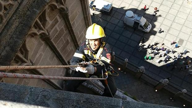 Bombero participando en las labores de limpieza de la fachada de la catedral