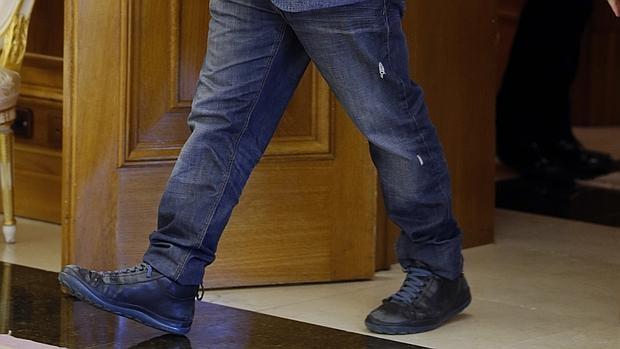 Detalle de los pantalones vaqueros con dos desgarros que llevó Xavier Domènech a La Zarzuela