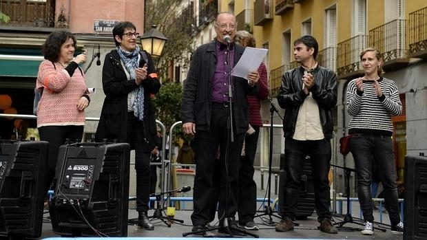 El actor Pedro Miguel Martínez, junto con Jorge García Castaño y Lucía Lois, en la lectura del pregón
