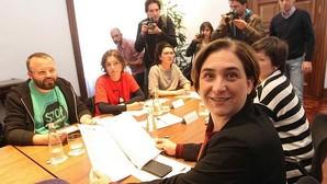 La alcaldesa, ayer con los promotores de la ley de emergencia social