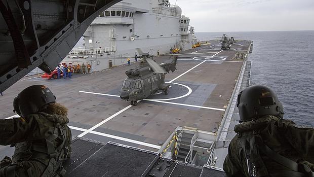 Imagen desde la rampa de un Chinook español de la cubierta del buque francés Dixmude