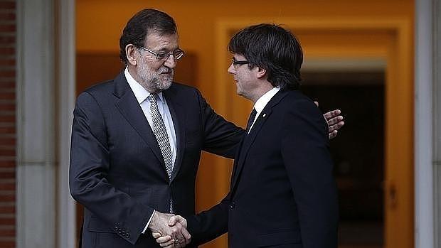El presidente del Gobierno, Mariano Rajoy, y el de la Generalitat, Carles Puigdemont, el 20 de abril en La Moncloa