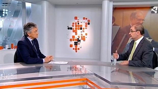 El presidente de Aragón, el socialista Javier Lambán, en una entrevista en la televisión autonómica con el director general del ente, Pepe Quílez