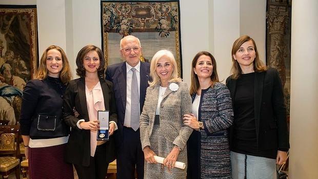 Juan Roig, con su esposa Hortensia y sus hijas Carolina, Hortensia, Amparo y Juana, de derecha a izquierda