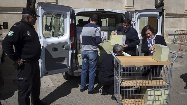 Funcionarios descargan la documentación de los cursos de formación que la Junta entrega al Parlamento regional