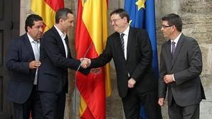 Sánchez y Puig se saludan, en un acto oficial.