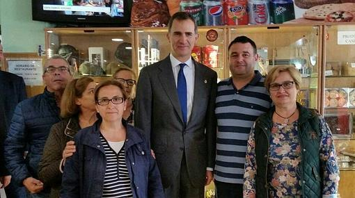 El Rey, con varios vecinos del pueblo en la cafetería del restaurante