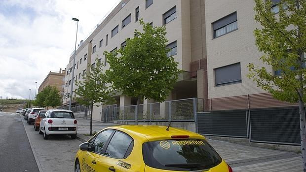 Un coche de Prosegur, ayer, a las puertas del edificio tomado por la PAHde Arganda del Rey