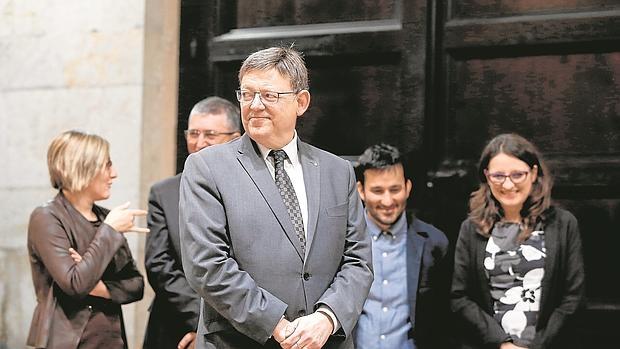 Ximo Puig con los mirmbros del Gobierno Valenciano; a la derecha, Mónica Oltra