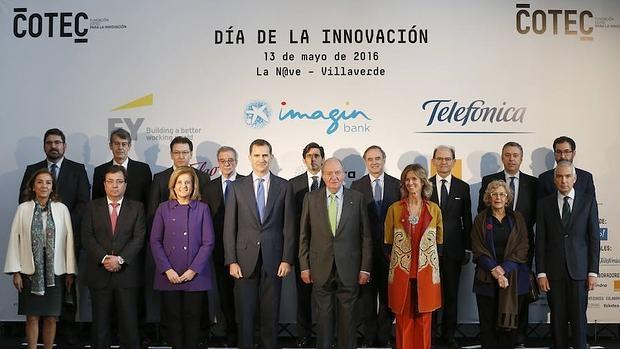 Don Felipe y Don Juan Carlos, junto al resto de autoridades que han asistido al acto