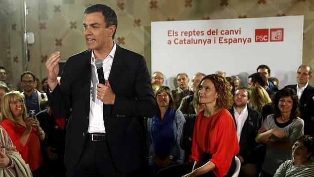El secretario general del PSOE y candidato socialista a la presidencia del Gobierno, Pedro Sánchez, y la candidata del PSC en las elecciones generales, Meritxell Batet