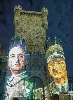 Las imágenes de Franco y Himmler sobre la fachada del castillo