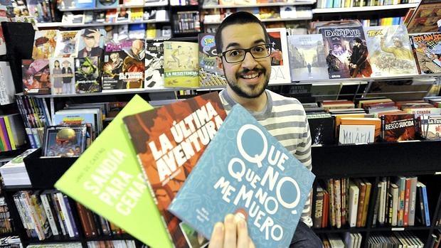 El joven Javier de Castro, con tres de las obras que ha ilustrado